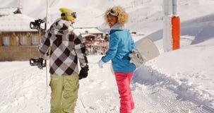 Jeunes couples dans une station de sports d'hiver d'hiver Image libre de droits