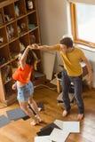 Jeunes couples dansant aux disques vinyle photos stock