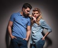 Jeunes couples décontractés de mode Photos libres de droits
