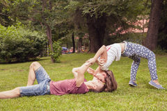 Jeunes couples de baiser peu communs dehors au parc, en position extrême Photos libres de droits