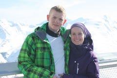 Jeunes couples de bonheur sur la station de sports d'hiver dans les Alpes Photographie stock libre de droits