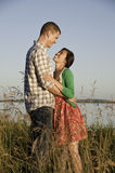 Jeunes couples de chemin mélangé photos stock