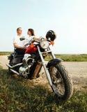 Jeunes couples de cycliste sur la route de campagne Image stock