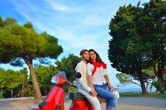 Jeunes couples de cycliste sur la route de campagne contre le ciel Photo stock