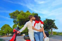 Jeunes couples de cycliste sur la route de campagne contre le ciel Image libre de droits