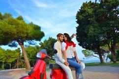 Jeunes couples de cycliste sur la route de campagne contre le ciel Images libres de droits