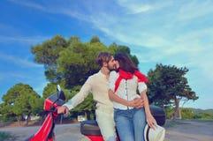 Jeunes couples de cycliste sur la route de campagne contre le ciel Photographie stock