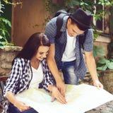 Jeunes couples de déplacement Images stock