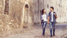 Jeunes couples de déplacement ayant une promenade médiévale Photo libre de droits