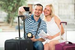 Jeunes couples de déplacement prenant le selfie Photo stock