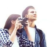 Jeunes couples de déplacement : prenez les photos sur l'appareil-photo Photographie stock libre de droits