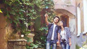 Jeunes couples de déplacement traînant ensemble Image libre de droits