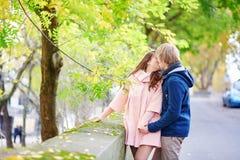 Jeunes couples de datation à Paris image libre de droits