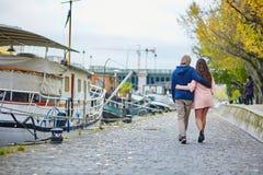 Jeunes couples de datation à Paris un jour lumineux d'automne Images libres de droits