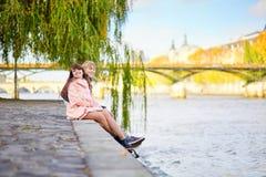 Jeunes couples de datation sur le remblai de la Seine Photo libre de droits