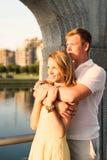 Jeunes couples de famille étreignant et observant le coucher du soleil du soleil Photos libres de droits