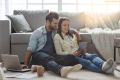 Jeunes couples de famille ensemble à la maison occasionnels photo stock