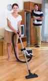 Jeunes couples de famille faisant le nettoyage régulier photos libres de droits