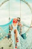 Jeunes couples de femme de jeune mariée et d'homme barbu photo stock