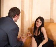 Jeunes couples de flirt heureux en café Photo stock