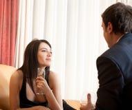Jeunes couples de flirt heureux en café Photographie stock libre de droits