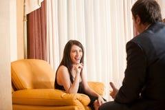 Jeunes couples de flirt heureux en café Photos libres de droits