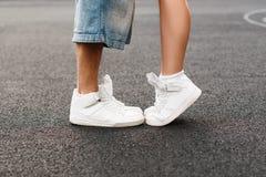Jeunes couples de hip-hop embrassant en asphalte Position d'amour de baiser Images stock