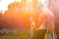 Jeunes couples de HipHop étreignant dans un milieu urbain Photos stock
