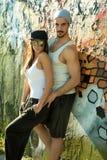 Jeunes couples de HipHop étreignant dans un milieu urbain Image libre de droits