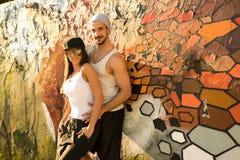 Jeunes couples de HipHop étreignant dans un milieu urbain Image stock