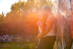 Jeunes couples de HipHop étreignant dans un milieu urbain Photo stock