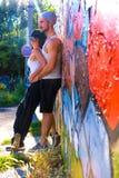 Jeunes couples de HipHop étreignant dans un milieu urbain Photo libre de droits