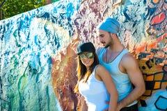 Jeunes couples de HipHop étreignant dans un milieu urbain Images libres de droits