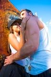 Jeunes couples de HipHop étreignant dans un milieu urbain Photographie stock libre de droits