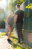 Jeunes couples de HipHop dans un milieu urbain Photographie stock libre de droits