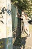 Jeunes couples de HipHop dans un milieu urbain Photos libres de droits