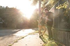 Jeunes couples de HipHop dans un milieu urbain Image libre de droits