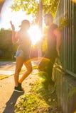 Jeunes couples de HipHop dans un milieu urbain Photo stock
