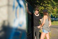 Jeunes couples de HipHop dans un milieu urbain Images stock
