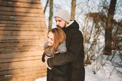 Jeunes couples de hippie étreignant dans la forêt d'hiver Images stock