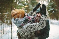 Jeunes couples de hippie ayant l'amusement dans la forêt d'hiver Images libres de droits