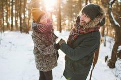 Jeunes couples de hippie ayant l'amusement dans la forêt d'hiver Image libre de droits