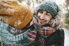 Jeunes couples de hippie ayant l'amusement dans la forêt d'hiver Photo stock