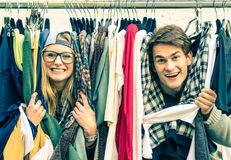 Jeunes couples de hippie dans l'amour au marché hebdomadaire de tissu Photos stock