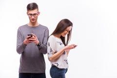 Jeunes couples de hippie dans l'amour s'ignorant avec le téléphone Image libre de droits