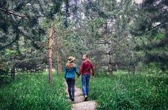 Jeunes couples de hippie dans la forêt Images stock