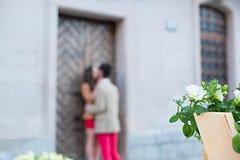 Jeunes couples de hippie de mode dans l'amour embrassant et ayant la passion Photo stock
