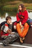 Jeunes couples de hippie de mode dans l'amour extérieur Photo stock