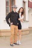 Jeunes couples de hippie de mode dans le matin d'amour sur un St vide de ville Photos libres de droits