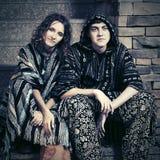 Jeunes couples de hippie de mode se reposant sur des étapes Image libre de droits